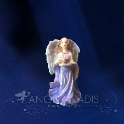 ANGELOT AVEC COEUR DANS SES BRAS