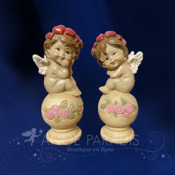 2 ANGES CHERUBINS COLORES ASSIS SUR BOULE