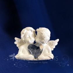 Figurines d'anges avec un coeur